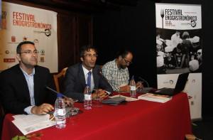 Un momento de la presentación del evento con el presidente del Cabildo Pedro Sanginés (centro) flanqueado por el alcalde de Teguise, Oswaldo Betancort (izqda.) y el consejero del área en el Cabildo, Paco Fabelo (dcha)