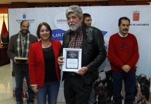 La alcaldesa de Yaiza, Gladys Acuña, entregó uno de los galardones.