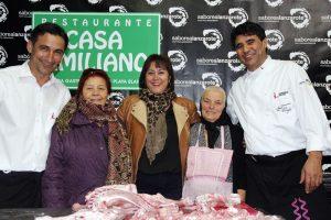 La alcaldesa de Yaiza, Gladys Acuña, entre dos legendarias cocineras: Vicenta Bravo y Brígida Camacho y los chef Pedro Santana y Cristóbal Sánchez