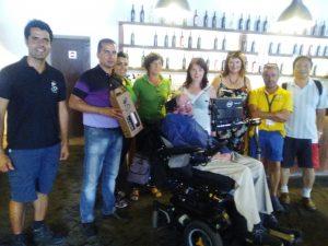 Stephen Hawking en la bodega, junto a sus acompañantes y el personal de las instalaciones
