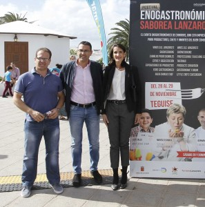 La consejera de Turismo del Gobierno de Canarias, María Teresa Lorenzo. A su lado el alcalde de Teguise, Oswaldo Betancort y, junto a éste, el consejero de Agricultura del Cabildo, Antonio Morales