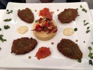 La Hamburguesa de lentejas con puré de garbanzos y dos salsas. Una explosión de sabor en boca y una elegante presentación