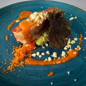 Nuestra versión del pescado azul en mojo hervido con papas arrugadas y mojo verde