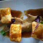 Canelón crujiente de pato con foie sobre puré de boletus al aroma de mojo rojo