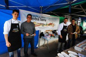 Los chef Dailos Perdomo (izqda.) y David Pérez junto  concejales de Teguise