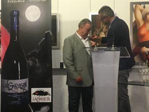 El alcalde de Haría impuso la insignia de plata del municipio al propietario de la bodega, Ricardo Socas.