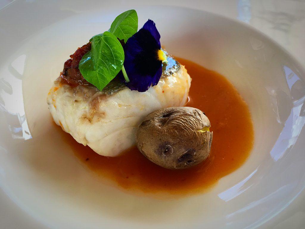 Merluza de aguas Canarias, curry rojo y sofrito vegetal