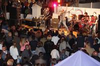 Actuación de la banda Los Salvapantallas.