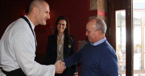 El alcalde de Tías, Pancho Hernández, saluda al chef Germán Blanco en presencia de la concejal de Dinamización, Nerea Santana. (FOTO: Dory Hernández)
