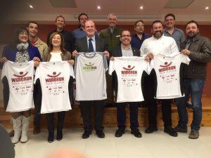 Autoridades vascas y la delegación lanzaroteña, posan con camisetas alegóricas a las Wine Run respectivas.