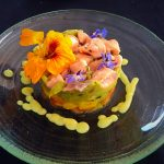 Ceviche de salmón fresco, aguacate, mango, tomate y flores de La Villa