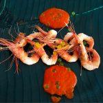 Gambas de La Santa sobre velouté de pimientos rojos asados con esferificaciones de cítricos