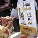 Degustación de carne de cabra en el Mercadillo de Teguise