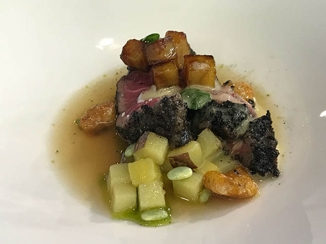 Solomillo de carnicero en praliné salado, caldo corto vegetal, chicharrones garrapiñados, papa y batata