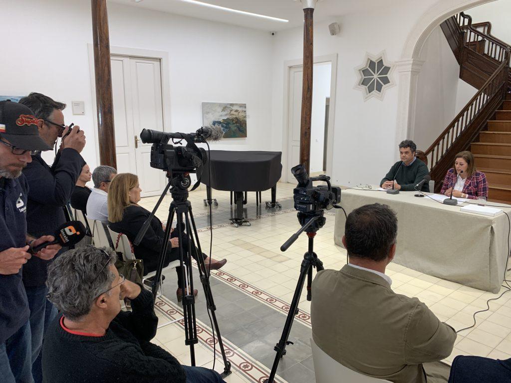 La alcaldesa de Arrecife, Astrid Pérez y el concejal de Turimo y Hostelería, Armando Santana, presentando la I Fiesta de la Cebolla