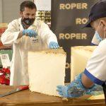 Roper procede al corte del queso curado más grande del mundo