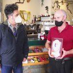 Armando Santana reconoce la trayectoria de Victoriano Hernández tras una vida dedicada a la hostelería